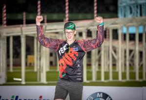 Rudi Browning, de 15 anos, celebra a vitória no campeonato mundial de drones Foto: FAI / Marcus King