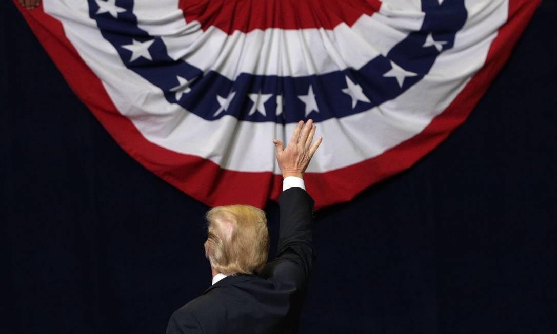 Presidente Donald Trump acena a apoiadores durante comício republicano antes de eleições legislativas do meio de mandato Foto: ALEX WONG / AFP
