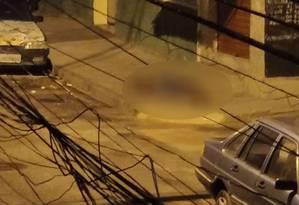O adolescente caído no chão depois de ser baleado Foto: Onde Tem Tiroteio - RJ / Reprodução