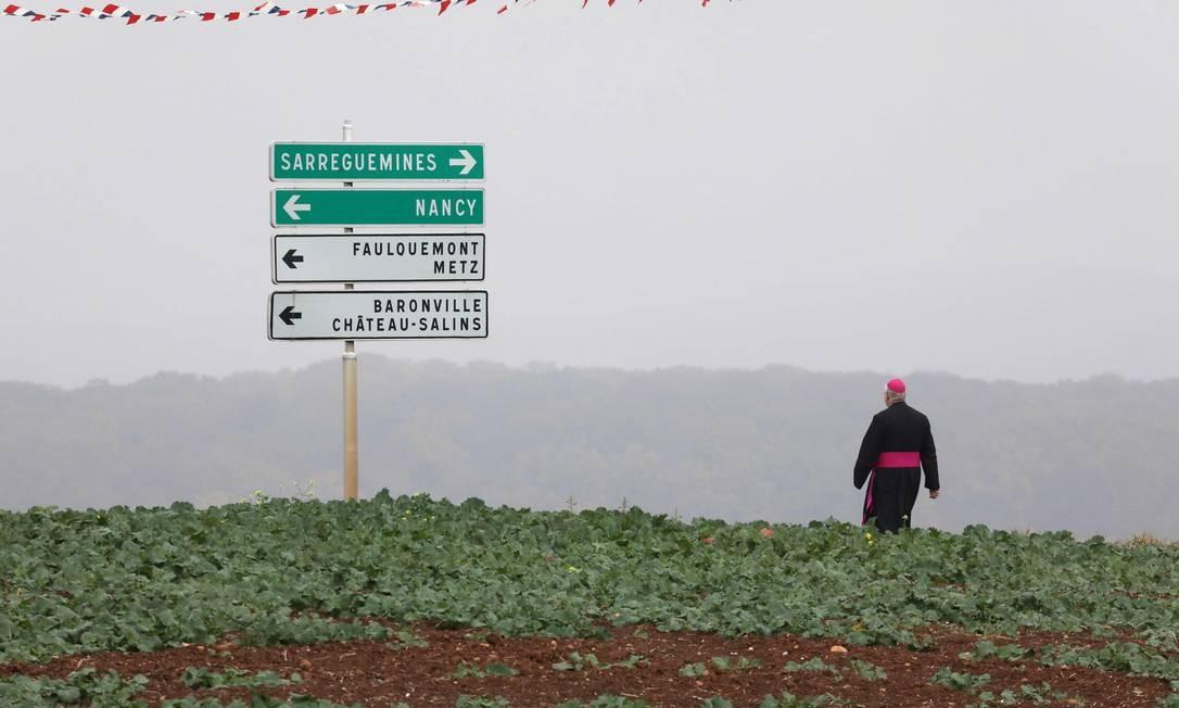 Bispo caminha ao longo de um campo no leste da França, após as comemorações do centenário da Primeira Guerra Mundial. Foto: LUDOVIC MARIN / AFP