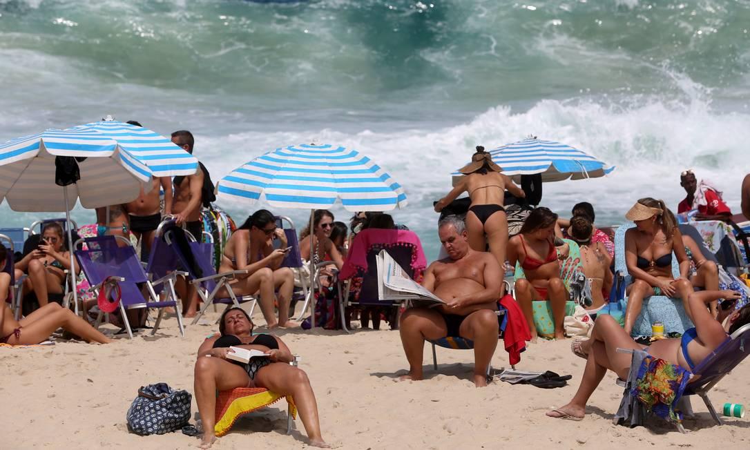 Banhistas em praia do Rio: exposição excessiva ao Sol e outras fontes de radiação ultravioleta está por trás de mais de 90% dos casos de melanoma, o tipo mais agressivo de cãncer de pele Foto: Custódio Coimbra/22-09-2018