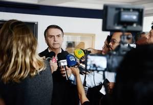 Jair Bolsonaro, durante entrevista à imprensa Foto: Fabiano Rocha/Agência O Globo/20-10-2018