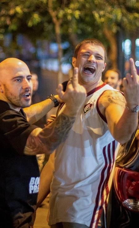 Apoiadores do candidato do PSL discutem com militantes petistas após o anúncio do resultado da eleição Foto: Daniel Ramalho / AFP