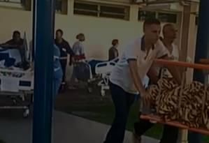 Pacientes foram retirados por funcionários e acompanhantes da CER Barra e levados para o Hospital Lourenço Jorge, que fica ao lado Foto: Reprodução