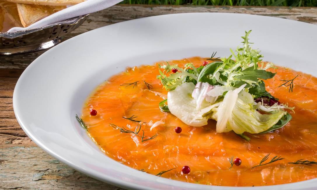 Anna. Carpaccio de salmão marinado no balsâmico com salada verde (R$ 27,90) Divulgação/Letícia Auler