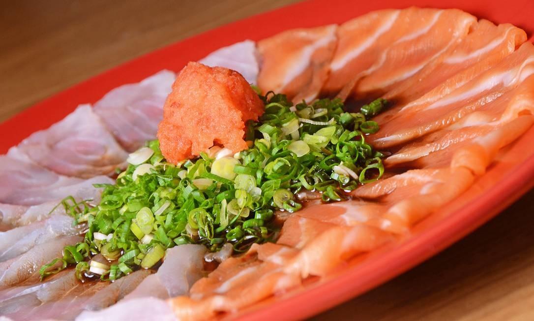 Azumi. O carpaccio de salmão e peixe branco é servido com molho da casa (R$ 58) Foto: Divulgação