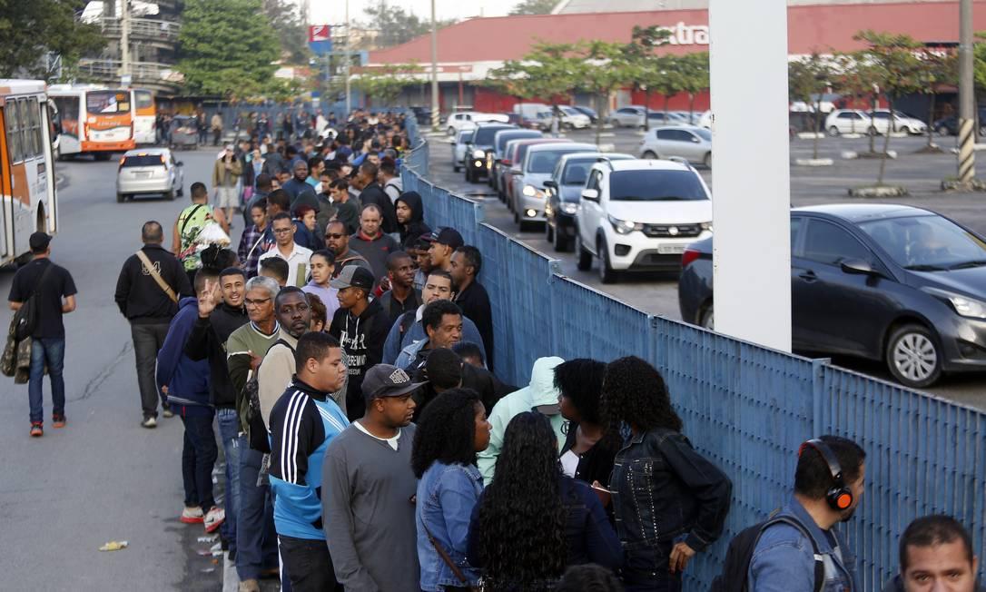 Desempregados formam uma longa fila a procura de empregos, no Rio Foto: Marcos de Paula / Agência O Globo