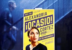 Poster da candidata democrata Alexandria Ocasio-Cortez que disputa uma cadeira no Congresso pelo estado de Nova York Foto: ANDREW KELLY / REUTERS