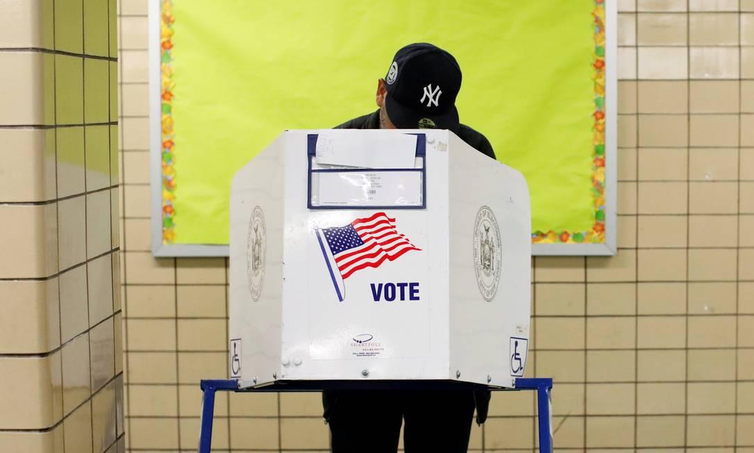 Em Nova York, eleitor comparece a urna para legislativas de meio de mandato Foto: ANDREW KELLY / REUTERS