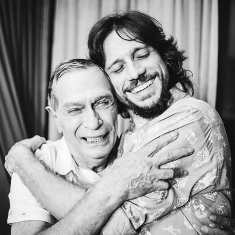 Encontro de gerações: Jorge Mautner e Rafael Rocha Foto: Divulgação/Julia Assis