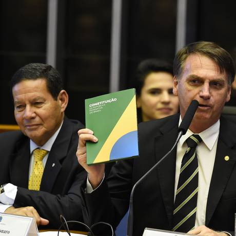 Bolsonaro discursou com um exemplar da Constituição em mãos Foto: Evaristo Sá / AFP