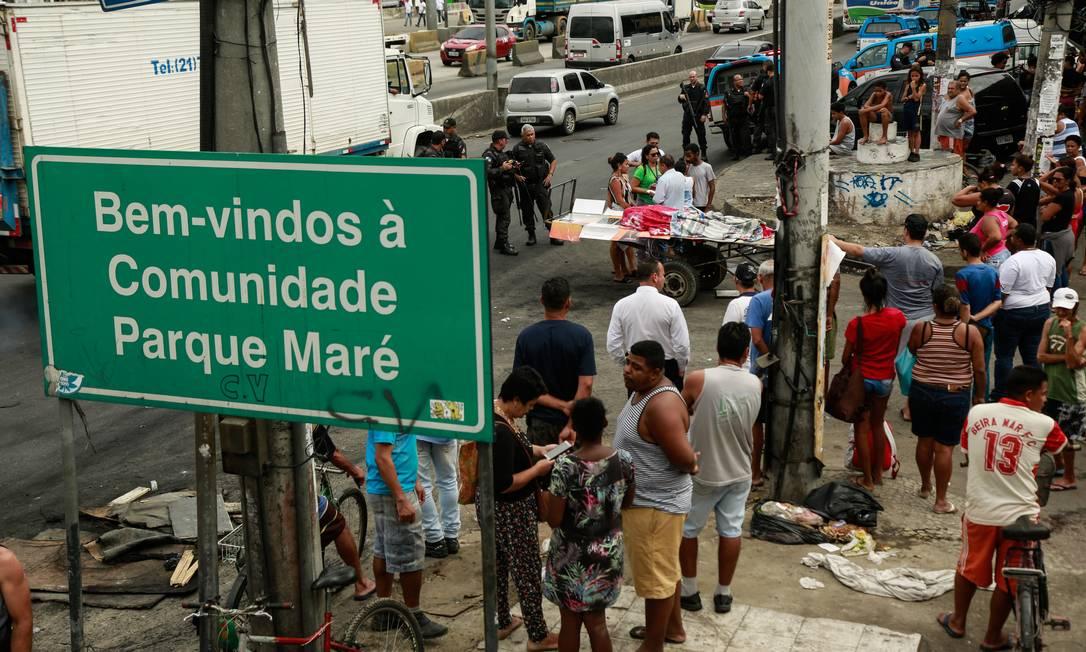 Moradores na entrada da Maré, onde pelo menos quatro pessoas morreram em uma operação da PM Foto: Brenno Carvalho / Agência O Globo