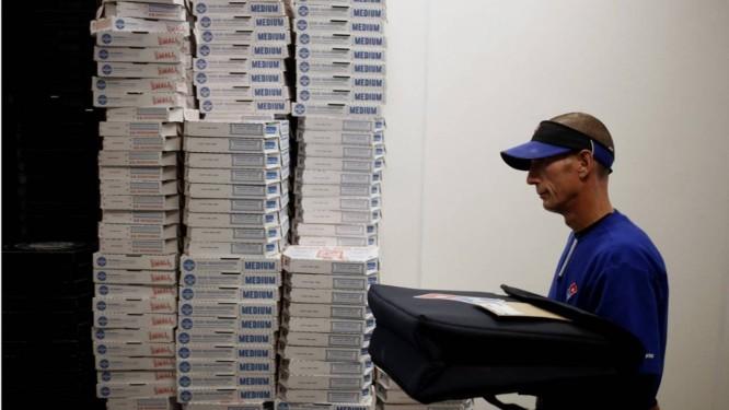 Profissionais de 50 anos ou mais preparam hambúrgueres, anotam os pedidos e até mesmo fazem as entregas Foto: Bloomberg