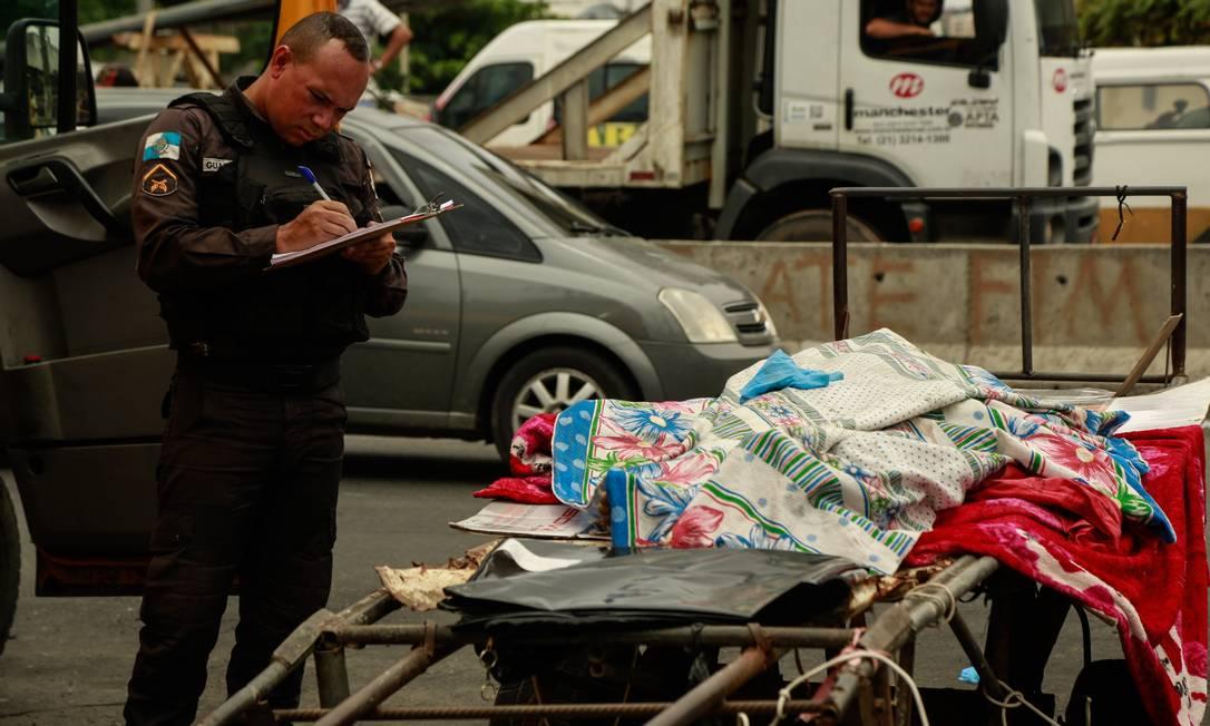 Corpo de uma mulher é transportado em carrinho de mão Foto: Brenno Carvalho / Agência O Globo