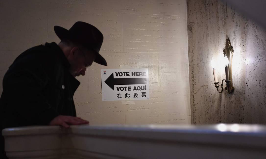 Eleitor indo embora após votar no Centro Judaico de East Midwood, Brooklyn, em Nova York. Foto: ANGELA WEISS / AFP