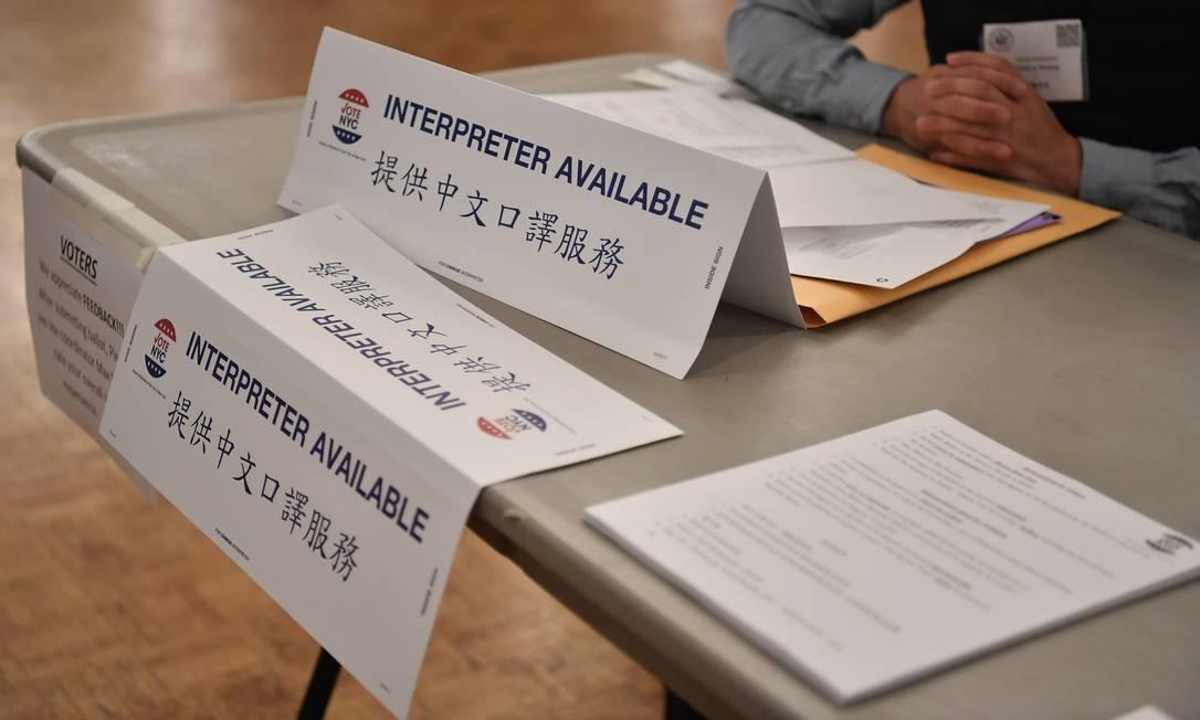 Placa de 'Intérprete disponível' na estação de votação do Centro Judaico de East Midwood, Brooklyn, em Nova York. Foto: ANGELA WEISS / AFP