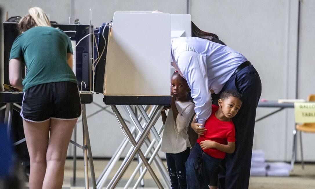 O prefeito de Tallahassee e candidato a governador, Andrew Gillum, votando com seus filhos em Tallahassee, na Flórida. Foto: MARK WALLHEISER / AFP