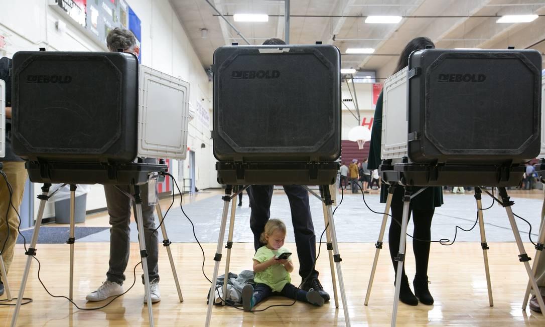 Criança aguarda o pai votar em Atlanta, na Georgia. Foto: Jessica McGowan / AFP