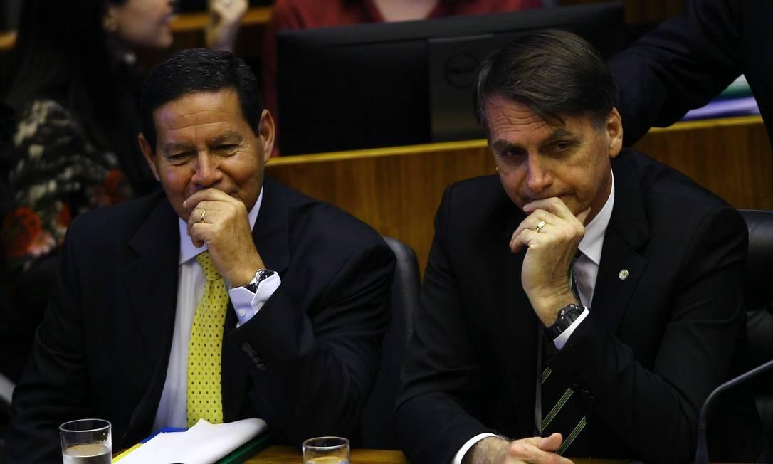O vice-presidente eleito, general Mourão, e o presidente eleito, Jair Bolsonaro, durante sessão no Congresso Foto: Jorge William / Agência O Globo