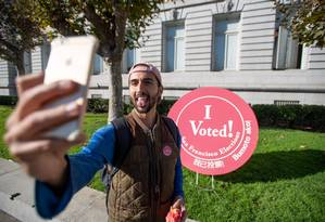 Homem faz selfie após votar na prefeitura de São Francisco: jovens e mulheres devem ser determinantes nesta votação Foto: JOSH EDELSON / AFP