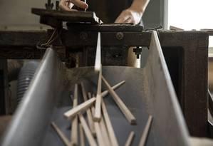 Tacos de baseball quebrados são cortados em pedaços menores e transformados em hashis em uma fábrica na cidade de Fukui, no Japão Foto: SHIHO FUKADA / NYT