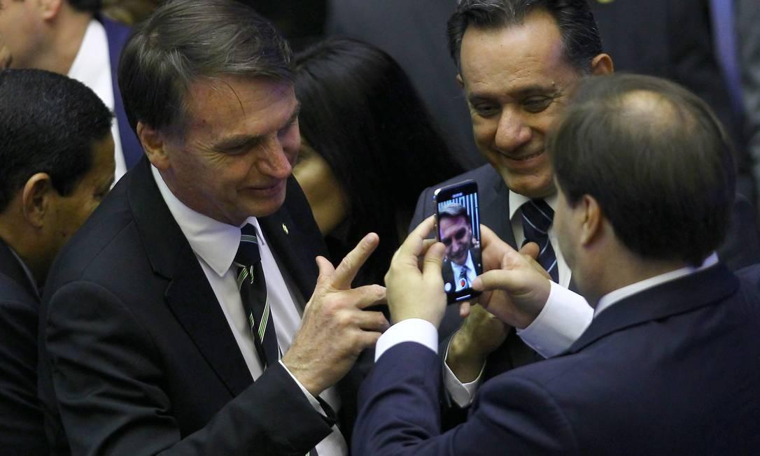 O presidente da Câmara, Rodrigo Maia, filma o presidente eleito, Jair Bolsonaro Foto: Jorge William / Agência O Globo