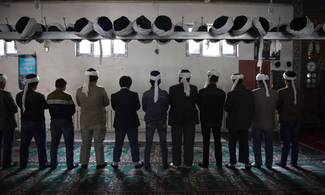 Homens muçulmanos rezam em mesquita na província de Xinjiang, onde a China mantém campos de detenção da minoria uighur Foto: GREG BAKER / AFP/16-4-15