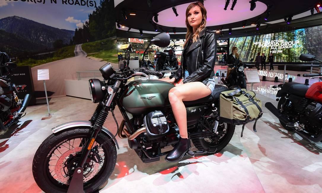 Modelo posa em uma Moto Guzzi v7 III Foto: MIGUEL MEDINA / AFP