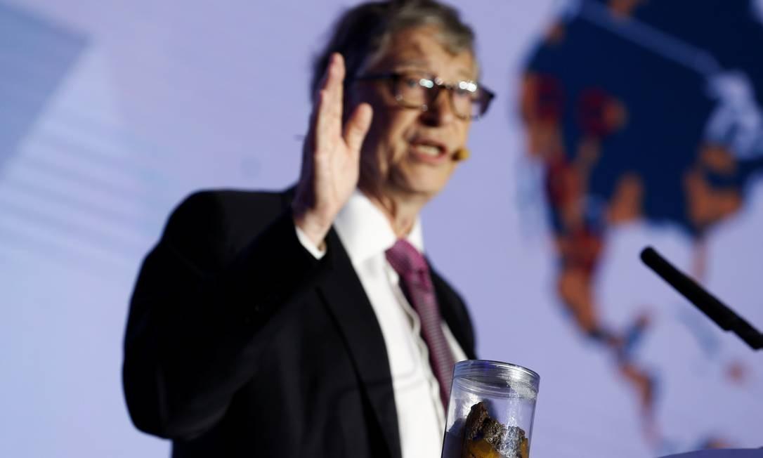 Bill Gates levou ao palco um pote com excrementos humanos para ilustrar os riscos para a saúde Foto: THOMAS PETER / REUTERS