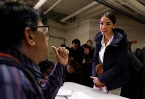 Alexandria Ocasio-Cortez, candidata ao Congresso, chega para votar no Bronx, em Nova York Foto: ANDREW KELLY / REUTERS
