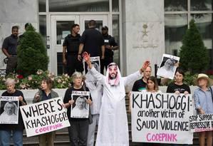 Manifestantes protestam contra o assassinato do jornalista saudita Jamal Khashoggi, um crítico do príncipe Mohammed bin Salman Foto: JIM WATSON / AFP
