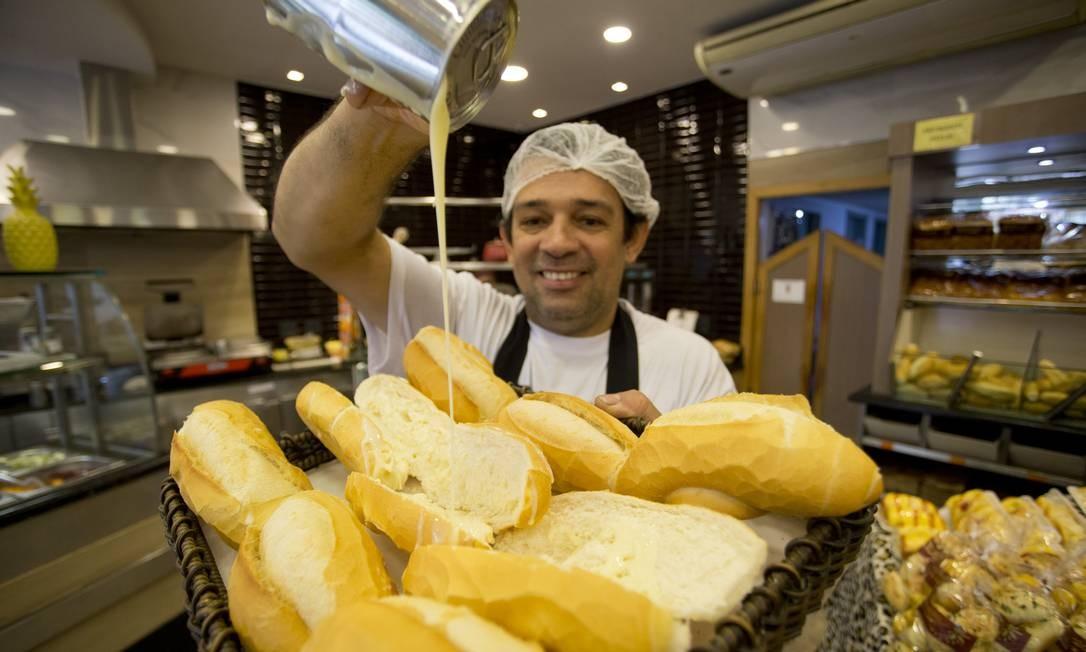 Na padaria Flor da Tijuca, o padeiro Ianaldo Alves coloca leite condensado no pão francês Foto: Márcia Foletto / Agência O Globo