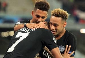 Neymar comemora com Mbappé o gol do PSG contra o Napoli Foto: CARLO HERMANN / AFP