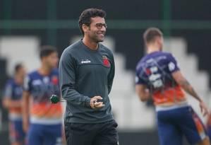 Alberto Valentim sorri em treino do Vasco Foto: Rafael Ribeiro/Vasco