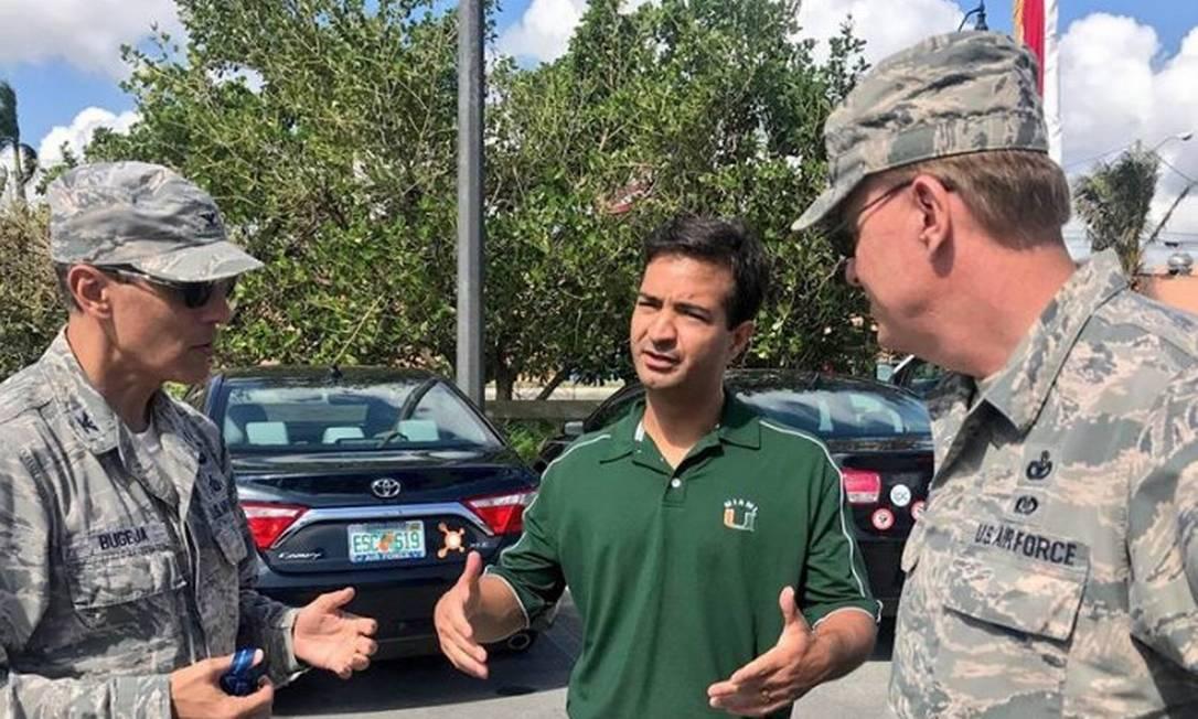 Carlos Curbelo conversa com militares Foto: Reprodução/Facebook