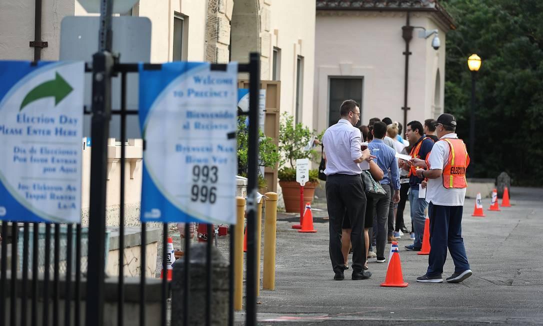 Eleitores fazem fila para votar em Miami, na Flórida Foto: JOE RAEDLE / AFP