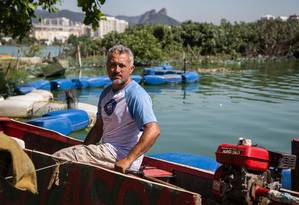 Zé das Lagoas, faz de forma voluntária a limpeza da Lagoa de Jacarepaguá, com recursos próprios Foto: Emily Almeida / Agência O Globo