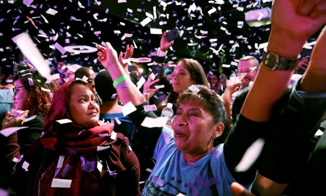 Mulheres celebram votação de Alexandria Ocasio-Cortez, em Nova York Foto: ANDREW KELLY / REUTERS