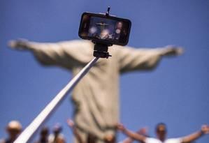 'Pau de selfie' pode ser proibido no Rio em locais com aglomeração de mais de cem pessoas Foto: Arquivo / 09/01/2015 / Fabio Seixo / Agência O Globo