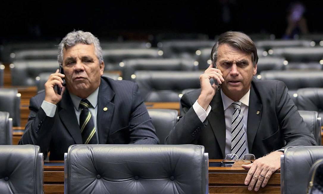 Fraga e Bolsonaro, no plenário da Câmara. Retraído e pouco expansivo, o presidente eleito sempre procurava a companhia do ex-colega de corridas de fundo Foto: Aílton de Freitas / Agência O Globo