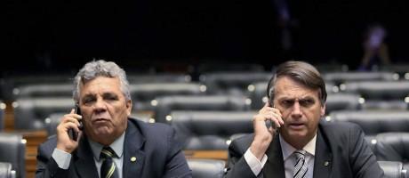 Alberto Fraga e Jair Bolsonaro, no plenário da Câmara. Retraído e pouco expansivo, o presidente eleito sempre procurava a companhia do ex-colega de corridas de fundo Foto: Aílton de Freitas / Agência O Globo