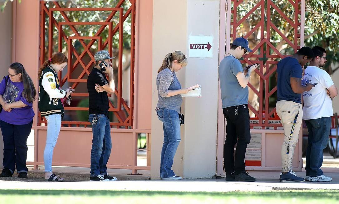 Americanos do Arizona esperam na fila para votar em eleições legislativas de 2018 Foto: Ralph Freso / AFP