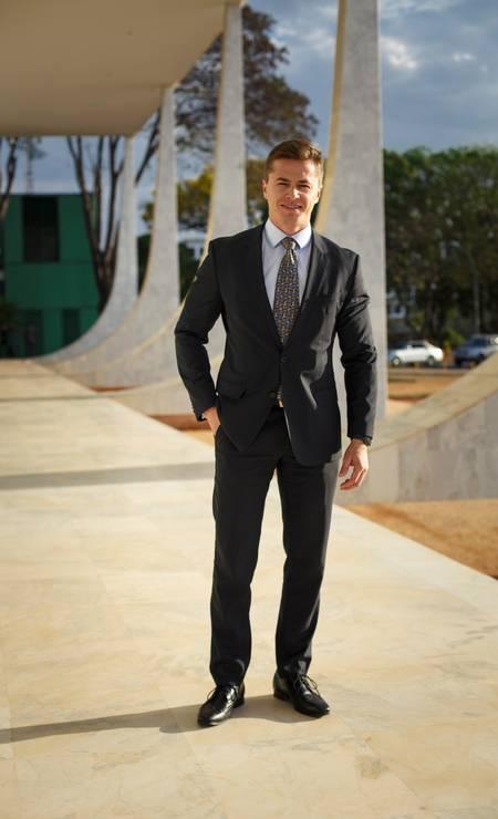 A maioria dos homens aparece de terno e gravata, com cores sóbrias, como o advogado Renato Franco Foto: Daniel Marenco / Agência O Globo