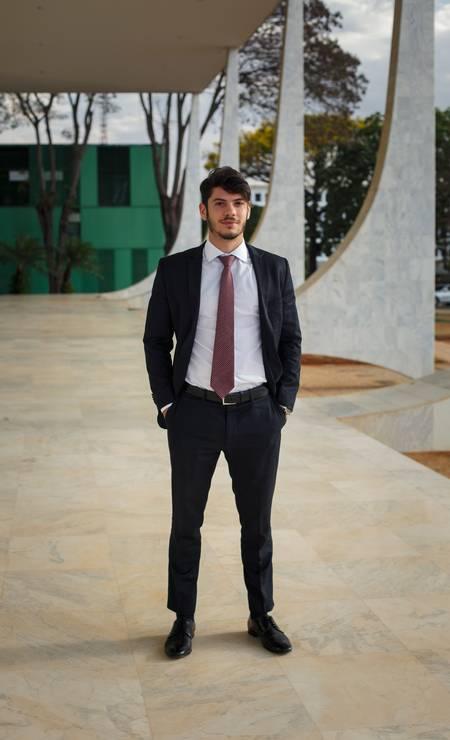 Rafael Caputo Bastos Serra é estagiário e também segue o que vestem os veteranos advogados Foto: Daniel Marenco / Agência O Globo
