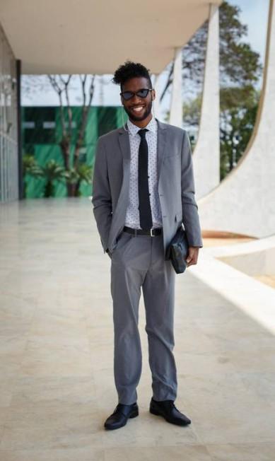 O universitário Jordan Anthoni Rosa acrescentou ao traje tradicional óculos de armação triangular e camisa de estampas de estrelas Daniel Marenco / Agência O Globo