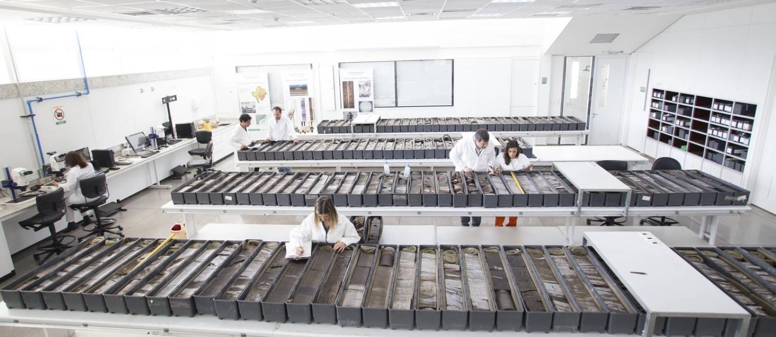 Caixas com pedras do pré-sal: 95% delas estão guardadas em depósitos da Petrobras onde apenas funcionários autorizados podem entrar Foto: Banco de imagens Petrobras