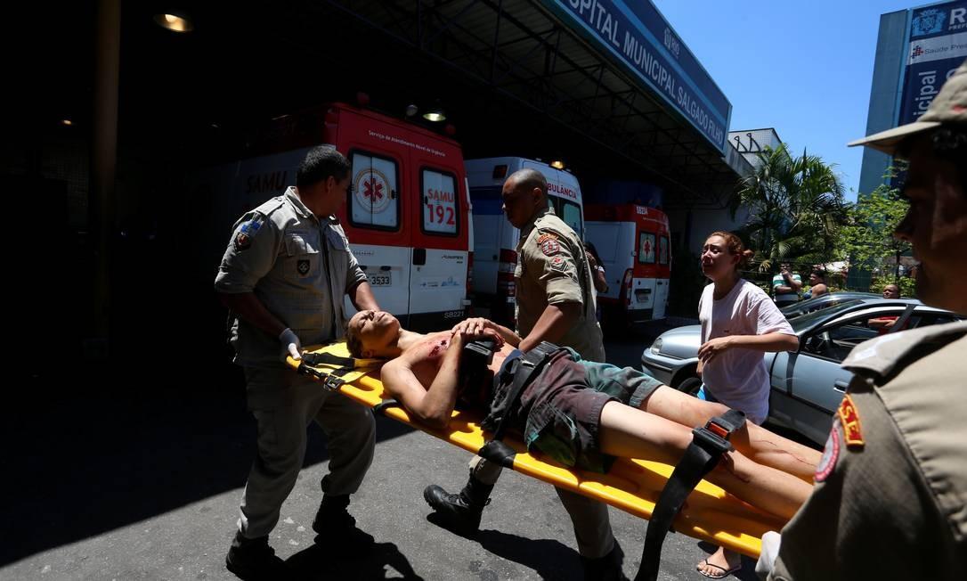 Hospital Municipal Salgado Filho, no Méier, Rio de Janeiro. Na foto, um jovem de 14 anos que foi atingido por uma bala perdida em Cavalcante Foto: Fabiano Rocha / Agência O Globo