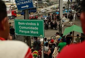 Na foto, PMs examinam o corpo d euma das vítkimas do tiroteio Foto: Brenno Carvalho / Agência O Globo
