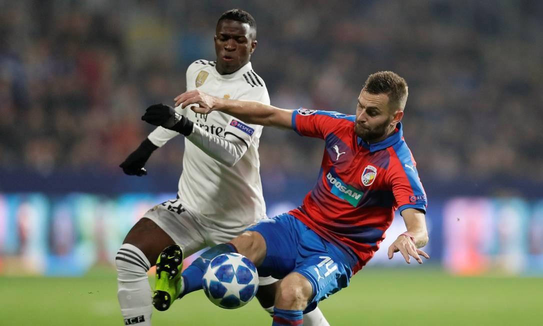 Vinícius Júnior disputa a bola com Reznik, do Viktoria Plzen Foto: DAVID W CERNY / REUTERS