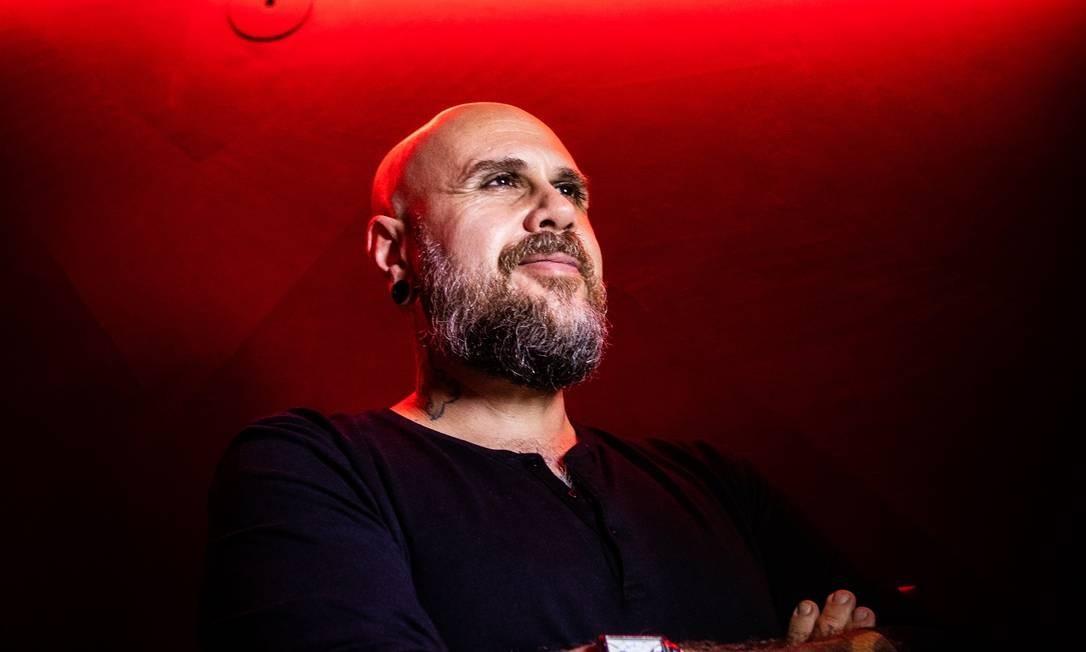 Daniel Tucci em seu novo espaço, mix de estúdio de tatuagem e galeria de arte Foto: Bárbara Lopes / Agência O Globo